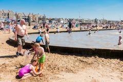 Leute, die den Swimmingpool auf dem Strand genießen Stockfoto