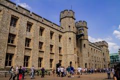 Leute, die den Tower von London betreten lizenzfreie stockbilder