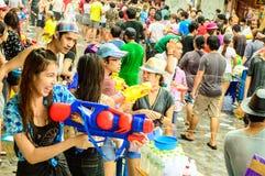 Leute, die den traditionellen Songkran-Tag feiern. Lizenzfreies Stockfoto