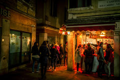Leute, die in der Bar in Venedig, Italien trinken Stockfotografie