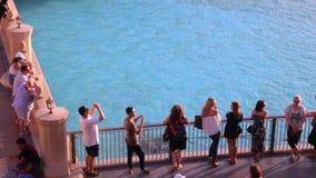 Leute, die an der Brücke nahe dem Wasser bleiben stock footage