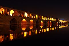 Leute, die in der Brücke von 33 Bögen, Isfahan, der Iran stillstehen Stockfoto