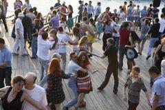 Leute, die an der freien allgemeinen Tanzenklasse im Sommer an teilnehmen Lizenzfreie Stockfotografie