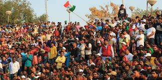 Leute, die an der Grenzverzögerung senkt Zeremonie feiern Lizenzfreie Stockfotos