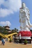 Leute, die an der großen Statue von Bodhisattva bei buddhistischem Chau beten lizenzfreie stockbilder