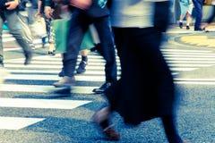 Leute, die in der Hauptverkehrszeit am Zebrastreifen austauschen stockbild