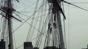 Leute, die an der historischen hölzernen Fregatte 'USS-Konstitution ', Boston arbeiten stock video