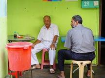 Leute, die an der Kaffeestube in Penang, Malaysia sitzen Stockfotos