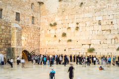 Leute, die der Klagemauer I Jerusalem sich nähern Lizenzfreie Stockfotografie