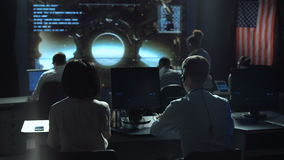 Leute, die in der Kontrollstationsmitte arbeiten stock video footage