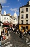 Leute, die an der Nachbarschaft von Monmartre in Paris aufwecken Lizenzfreie Stockfotografie