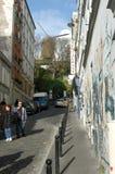Leute, die an der Nachbarschaft von Monmartre in Paris aufwecken Lizenzfreie Stockfotos