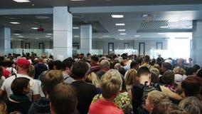 Leute, die an der Passkontrolle an Hurghada-Flughafen warten