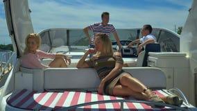 Leute, die an der Yacht sich entspannen stock video