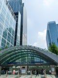Leute, die an der zitronengelben Kaistation, London gehen Lizenzfreie Stockbilder