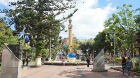 Leute, die in die 12 de Noviembre Park gehen Dieser Platz war ein strategischer Punkt für den Handel der Stadt in Jahrhundert XX Stockfotos