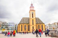 Leute, die in die Hauptwache-Piazza in Frankfurt gehen Lizenzfreies Stockbild