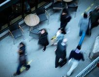 Leute, die in die Stadt gesehen von oben gehen Lizenzfreie Stockfotografie