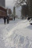 Leute, die in die Straße nach einem Blizzard gehen Stockfotos