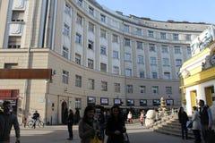 Leute, die in die Straßen von Budapest gehen Lizenzfreies Stockbild