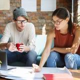 Leute, die Diskussions-Design-Unterhaltungsplan-Konzept treffen stockfotos