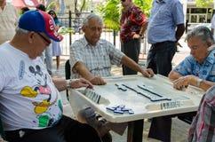 Leute, die Domino spielen Stockfotos