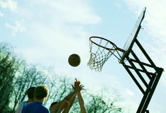 Leute, die draußen Basketball spielen Lizenzfreie Stockfotografie