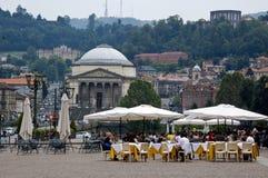 Leute, die draußen in den schönen Straßen von Turin isst Lizenzfreies Stockfoto