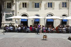 Leute, die draußen in den schönen Straßen von Turin isst Lizenzfreie Stockbilder