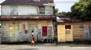 Leute, die draußen, kreolische Architektur, Mana, Französisch-Guayana gehen stockfotografie