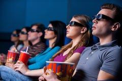 Leute, die dreidimensionalen Film genießen. Lizenzfreie Stockfotos