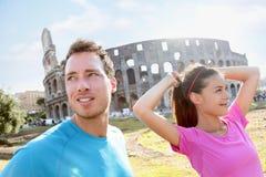 Leute, die durch Colosseum in Rom laufen lizenzfreies stockfoto