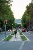 Leute, die durch eine Straße von Barcelona gehen lizenzfreie stockbilder