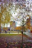Leute, die durch einen Park in London England gehen stockfotografie