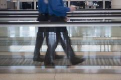 Leute, die durch Flughafen gehen stockbild