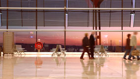 Leute, die durch Flughafen reisen stock video