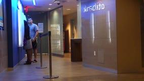 Leute, die ein ATM verwenden stock video footage