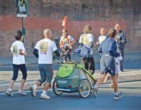 Leute, die ein Rennen laufen lassen Lizenzfreie Stockbilder