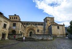 Leute, die eine alte Kirche von Colegiata de Sankt Juliana besichtigen lizenzfreies stockfoto