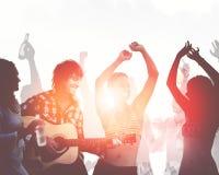 Leute, die eine Partei durch das Strand-Musik-Tanz-Konzept haben lizenzfreies stockbild