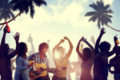 Leute, die eine Partei durch den Strand haben Lizenzfreie Stockfotografie