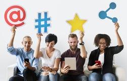 Leute, die eine Social Media-Ikone halten stockbild
