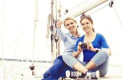 Leute, die eine Yacht reisen und einen Tag genießen Sommer, Feiertag, Ferienkonzept stockfotos