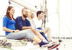 Leute, die eine Yacht reisen und einen Tag genießen Sommer, Feiertag, Ferienkonzept lizenzfreies stockfoto
