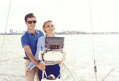 Leute, die eine Yacht reisen und einen Tag genießen Sommer, Feiertag, Ferienkonzept stockfoto