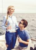 Leute, die eine Yacht reisen und einen Tag genießen Sommer, Feiertag, Ferienkonzept lizenzfreies stockbild