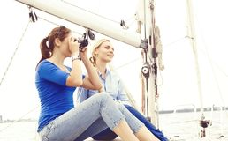 Leute, die eine Yacht reisen und einen Tag genießen Sommer, Feiertag, Ferienkonzept lizenzfreie stockfotos