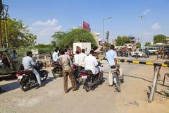 Leute, die an einem Bahnübergang nahe Jaipur, Indien warten Stockbilder