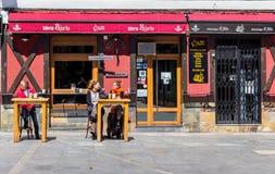 Leute, die an einem Café in Leon etwas trinken Lizenzfreie Stockfotografie
