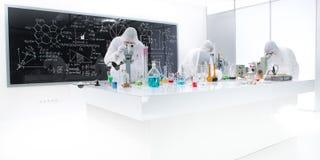 Leute, die in einem Chemielabor arbeiten lizenzfreies stockfoto